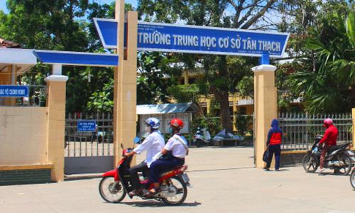 Học sinh trường THCS Tân Thạch có hành động xúc phạm, tấn công giáo viên. Ảnh: Lê Văn.