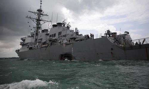 Vết lõm trên thân tàu USS John S. McCain sau vụ va chạm với tàu chở dầu Liberia. Ảnh: Reuters.