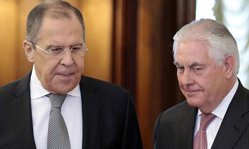 Ngoại trưởng Nga Lavrov, trái, và người đồng cấp Mỹ Tillerson, trong cuộc gặp năm ngoái ở Nga. Ảnh: VOA.