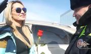 Cảnh sát Nga dừng xe của tài xế nữ để tặng hoa hồng