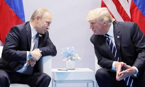 Putin (trái) và Trump gặp nhau tại G20 ở Đức năm 2017. Ảnh: Reuters.