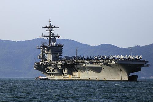 Tàu sân bayUSS Carl Vinson neo đậu cách bờ khoảng 1km. Ảnh: Nguyễn Đông.