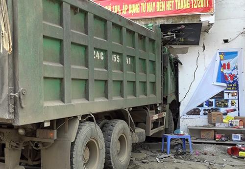 Sau khi đâm bẹp dúm xe 4 chỗ, xe tải đâm vào một cửa hàng ven đường. Ảnh: Thanh Tuấn