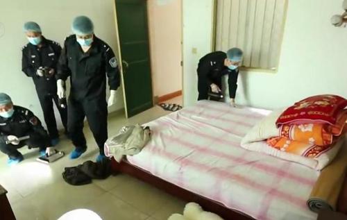 Cảnh sát khám nghiệm hiện trường trong phòng trọ nạn nhân.