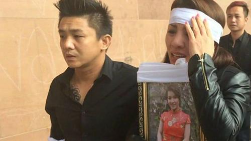 Người thân của Quyen Ngoc Nguyen đau đớn ôm di ảnh của cô tại tòa án. Ảnh: BBC