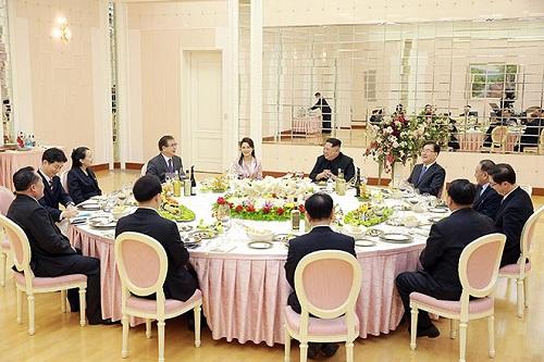Nhà lãnh đạo Kim Jong-un cùng vợ và em gái chiêu đãi phái đoàn Hàn Quốc tại trụ sở đảng Lao động tối ngày 5/3. Ảnh: Korea Times.