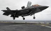 Tiêm kích F-35B Mỹ hạ cánh thẳng đứng trên chiến hạm