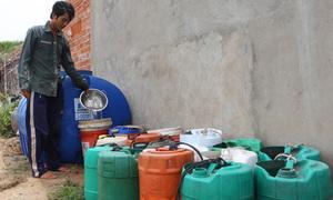 Chở nước ngọt bán trong mùa hạn mặn ở miền Tây