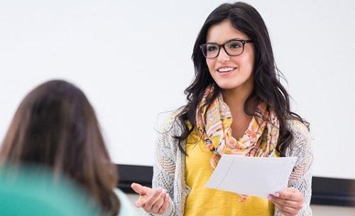 Các buổi thuyết trình ở trường đại học giúp bạn cải thiện khả năng giao tiếp. Ảnh minh họa: QS