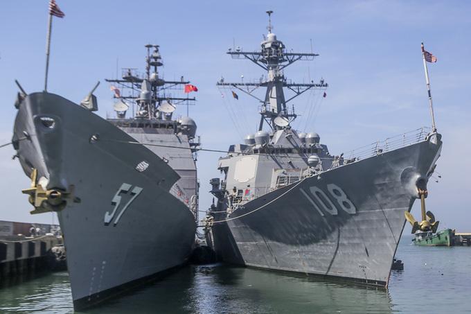Tàu sân bay và các thủy thủ Mỹ trong những ngày ở Đà Nẵng