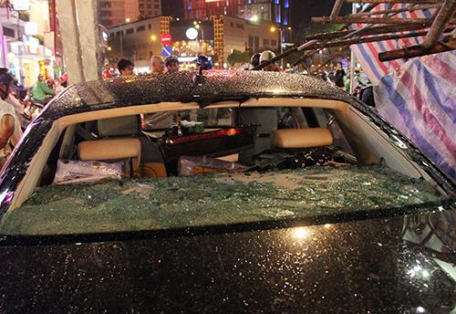 Mặt kính sau xe Audi vỡ nát. Ảnh: Sơn Hoà