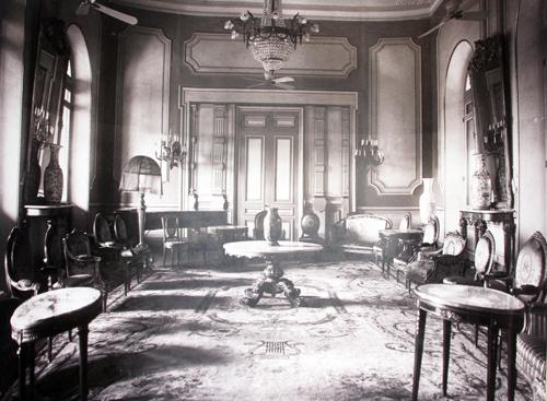Một căn phòng trong dinh Norodom được xây dựng năm 1868 và hoàn thành ba năm sau đó. Ảnh: Mạnh Tùng.