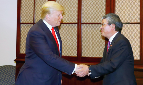 Đại sứ Việt Nam tại Mỹ Phạm Quang Vinh, phải, trao đổi với Tổng thống Mỹ Trump. Ảnh: Đại sứ quán Việt Nam tại Mỹ.