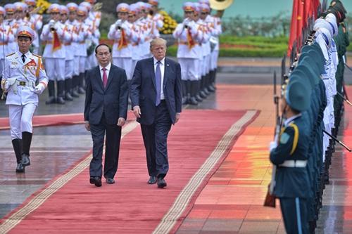 Chủ tịch nước Trần Đại Quang vàTổng thống Mỹ Trump trong lễ đón tại Hà Nội hôm 12/11 năm ngoái. Ảnh: Giang Huy