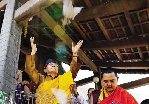 Đức Gyalwang Drukpa thực hiện nghi lễ phóng sinh.