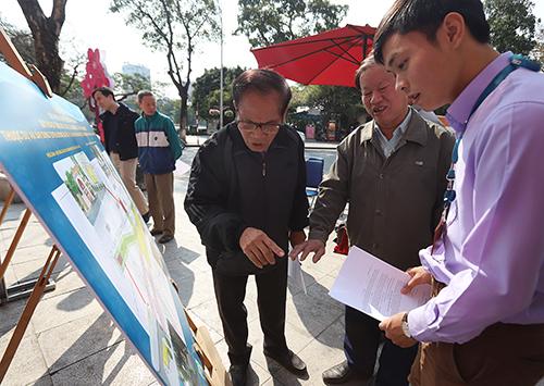 Nhiều người dân đến xem và góp ý kiến vào Quy hoạch tổng mặt bằng nhà ga C9. Ảnh: Ngọc Thành.