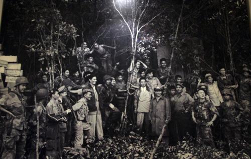 Ông Ngô Đình Diệm cùng binh sĩ Quốc gia Việt Nam sau chiến thắng Bình Xuyên tháng 5/1955.