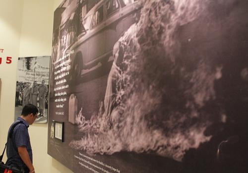 Hòa thượng Thích Quảng Đức tự thiêu ở Sài Gòn tháng 6/1963 phản đối sự đàn áp Phật giáo của chính quyền Ngô Đình Diệm. Từ đó, dẫn người xem đến câu chuyện Ngô Đình Diệm bị đảo chính lần hai, rồi bị ám sát.