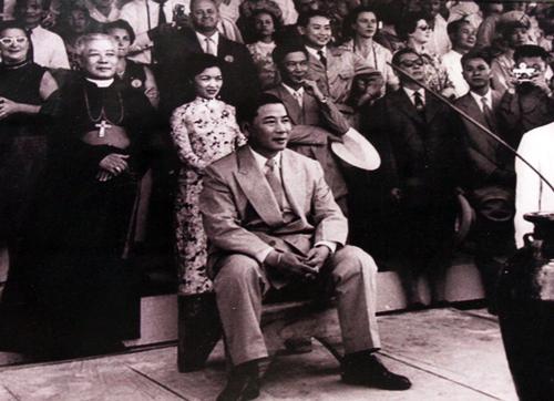 Ngô Đình Diệm, Ngô Đình Thục, Ngô Đình Nhu và bà Trần Lệ Xuân tại Hội chợ kinh tế Cao Nguyên ở thành phố Buôn Mê Thuột tháng 2/1957.