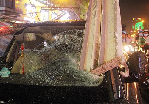Thanh sắt găm vào kính trước xe Audi. Ảnh: Sơn Hoà