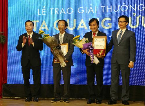 Phó thủ tướng Vũ Đức Đam và Bộ trưởng Khoa học và Công nghệ Chu Ngọc Anh trao giải thưởng Tạ Quang Bửu 2017 cho hai nhà khoa học Nguyễn Sum và Phan Thanh Sơn Nam.