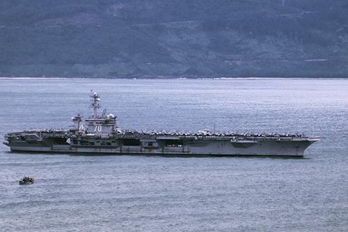 Tàu sân bayUSS Carl Vinson nhổ neo dời Đà Nẵng trưa ngày 9/3. Ảnh: Nguyễn Đông.