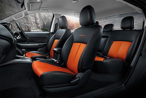 Nội thất tông cam- đen. Hàng ghế sau có thể ngả 25 độ.