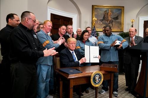 Ông Trump ký lệnh áp thuế nhập khẩu nhôm, thép. Ảnh: New York Times.