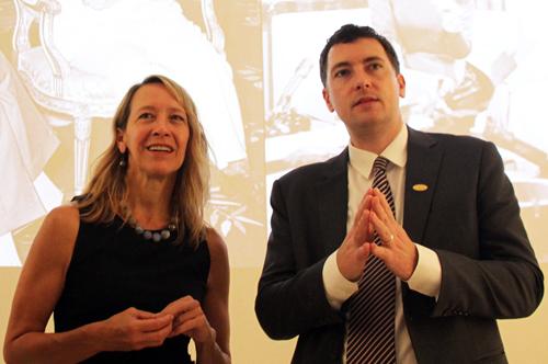 BàMary Tarnowka (trái),Tổng lãnh sự Mỹ tại TP HCM tham quan trưng bày. Ảnh: Mạnh Tùng.