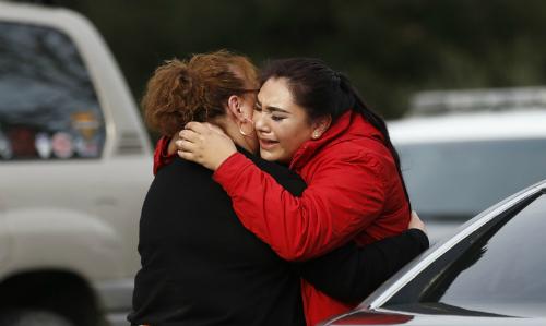 Hai phụ nữ ôm nhau sau khi được sơ tán khỏi khu nhà cựu binh Mỹ ở California. Ảnh: AFP.
