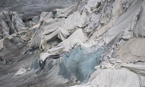 Những chiếc chăn che phủmặt sông băngRhone. Ảnh: Fox News.