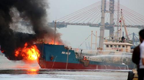 Tàu Hải Hà 18 chở 900m3 xăng A92 bị cháy nổ trong khi cập tại cảng của công ty xăng dầu quân đội khu vực 1, Hải Phòng bơm xăng lên kho gần đó. Ảnh: Giang Chinh