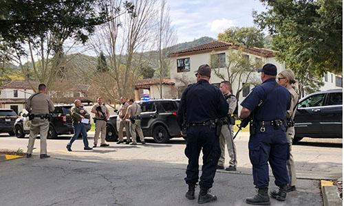 Các lực lượng thực thi pháp luật Mỹ đứng bên ngoài Khu nhà có con tin bị giữ. Ảnh: AP.