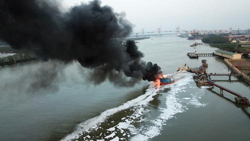Cột khói đen từ tàu Hải Hà 18 bốc cao cả trăm mét làm đen cả một góc trời. Ảnh: Giang Chinh
