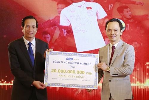 Chủ tịch Tập đoàn FLC Trịnh Văn Quyết trao kinh phí đấu giá 20 tỷ đồng cho Bộ trưởng Bộ Lao động, Thương binh và Xã hội Đào Ngọc Dung.
