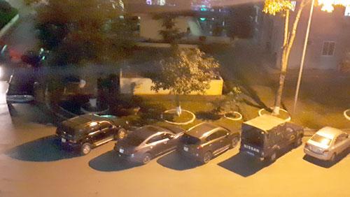 Nhiều xe cảnh sát đỗ trước sảnh khoa A11 chở cán bộ thực thi nhiệm vụ bắt ông Hoá. Ảnh: Bá Đô