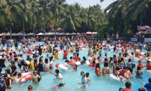 Người Sài Gòn đổ xô vào công viên nước tránh nóng