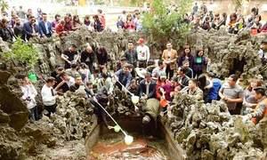 Người dân đổ xô đi lấy nước 'giếng tiên' ở Quảng Ninh để cầu may