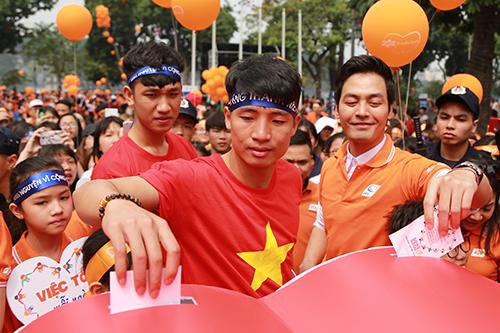 Hai tuyển thủ U23 Việt Nam thu hút sự chú ý của nhiều người. Ảnh: Phạm Dự.