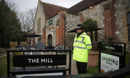 Cảnh sát đứng gác trước quán rượu The Mill. Ảnh: AFP.