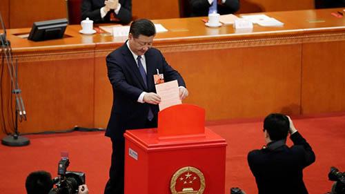 Ông Tập Cận Bìnhlà người đầu tiên bỏ phiếu trong cuộc bỏ phiếu của quốc hội Trung Quốcchiều ngày 11/3 nhằm thông quaviệc bãi bỏ giới hạn nhiệm kỳ chủ tịch nước. Ảnh: Reuters.