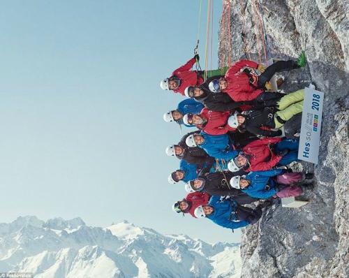 14 sinh viên chụp ảnh tập thể khi cheo leo ở vách núi. Ảnh:HES-SO Valais-Wallis