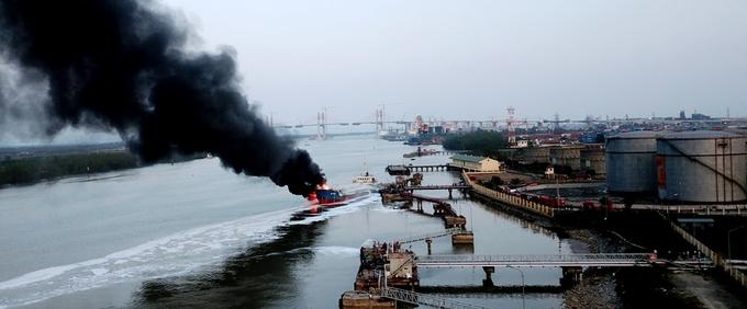Tàu chờ xăng dầu cháy từ chiều đến nửa đêm ở Hải Phòng