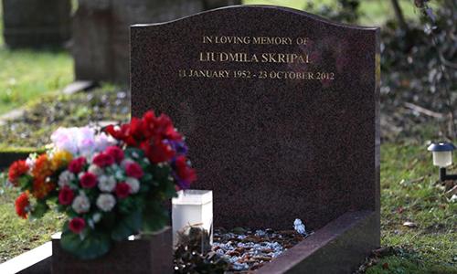 Các nhà điều tra đang khử độc quanh khu vực mộ của vợ cựu đại tá Nga. Ảnh: PA.