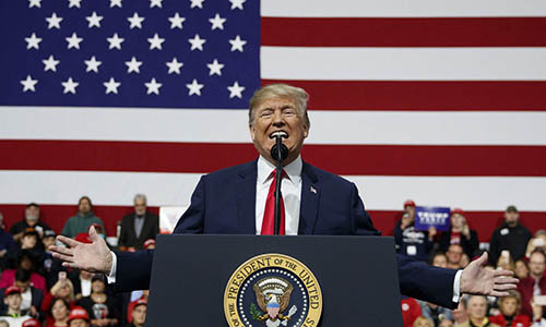 Tổng thống Mỹ Donald Trump phát biểu trước các cử tri tại Công ty Hàng không Atlantic ở Moon Township,Pennsylvania ngày 10/3. Ảnh: AP.