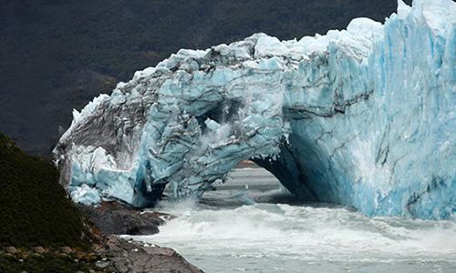 Cầu băng trênsông băng Perito Moreno, Argentina. Ảnh: AFP.