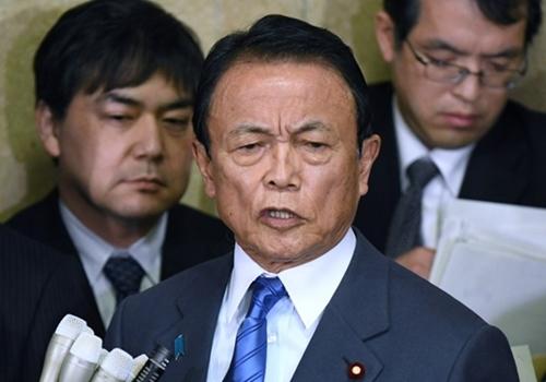 Bộ trưởng Tài chính Nhật Bản Taro Aso tại cuộc họp báo ngày 12/3 ở Tokyo. Ảnh: AFP.