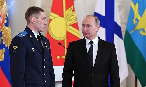 Tổng thống Nga Vladimir Putin vàhạ sĩDenis Portnyagin trong lễ vinh danh vào tháng 12/2017. Ảnh: Sputnik.