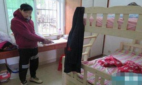 Trương chỉ vào vị trí hắntrốn dưới gầm giường. Ảnh: China Press.