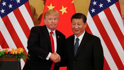 Ông Tập, phải, bắt tay Tổng thống Mỹ Donald Trump. Ảnh: AP.